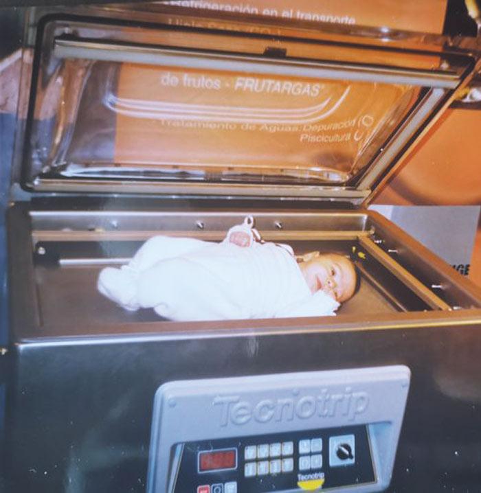 Maitane Alonso de bebé en una envasadora al vacío